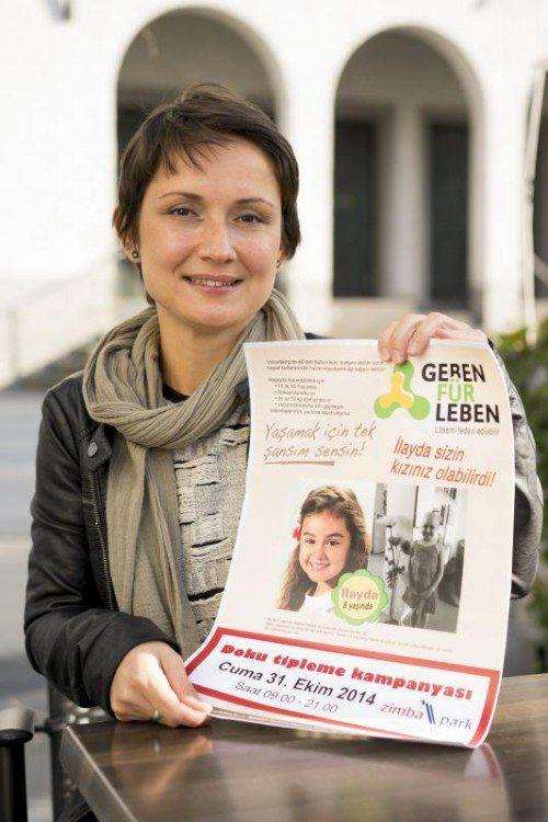 Cemanur Kartal hofft, mit dem türkischsprachigen Flyer noch viele Landsleute zur Blutspende motivieren zu können. Foto: Stiplovsek