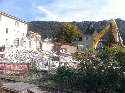 """Der Abbruch des Hauses am zukünftigen """"Seegarten"""" wirbelte ordentlich Staub auf.  Foto: VN/hf"""