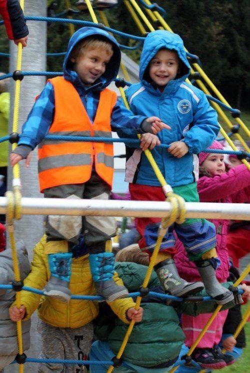 Das neue Kletterkarussell findet bei den Kindern großen Gefallen.