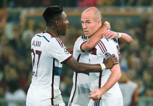 David Alaba (l.) jubelt mit Zweifachtorschütze Arjen Robben. epa
