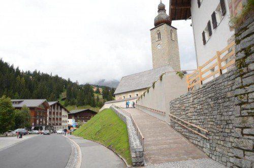 Der Aufgang zur Pfarrkirche Lech wurde neu gestaltet.  Foto: dob