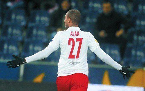 """Der """"Mann des Abends"""" in der Bullen Arena war Salzburgs Alan. Der Stürmer steuerte beim 4:0-Sieg der Hütter-Elf gegen Zagreb drei Treffer bei. Foto: reuters"""