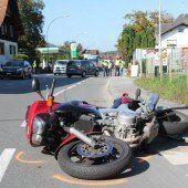 Biker kracht in Kotflügel
