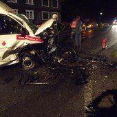 Gegen Rettungsauto geprallt: Drei Verletzte