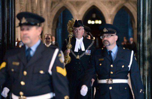 Der Sicherheitschef und Zeremonienmeister des kanadischen Parlaments, Kevin Vickers (M.), hat den Attentäter erschossen. FOTO: AP