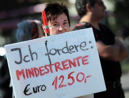 Deutsche Pensionistin demonstriert für höhere Mindestrente.  dpa