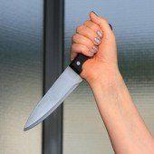 60-Jährige sticht dem Freund Messer ins Bein