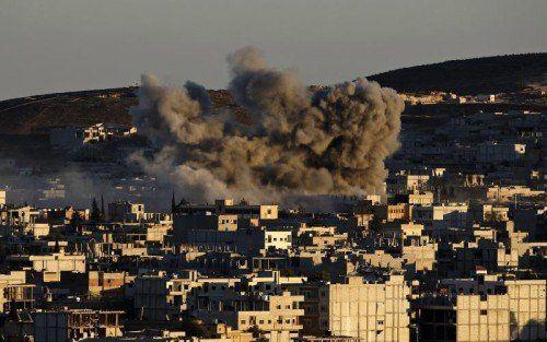 Die Anti-IS-Allianz fliegt Luftangriffe über Kobane.  FOTO: EPA