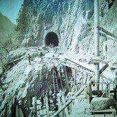 In den Fels gehauene Bahngeschichte