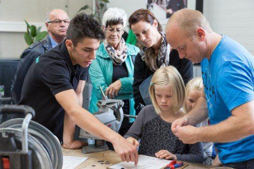 Die Besucher konnten sich über die Lehrlingsausbildung informieren und sich für einen Schnuppertag anmelden. Foto: Meusburger