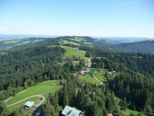Die Fotomontage zeigt einen Blick vom ORF-Sendemast aus in 80 Metern Höhe in Richtung Hochberg.