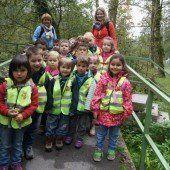 Kinder erkunden Herbstvielfalt