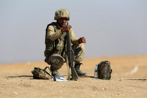 Die türkische Armee schaut beim Fall von Kobane zu.  FOTO: AP