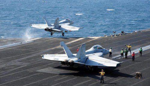 Die US-Army fliegt Luftangriffe auf den IS in Syrien vom Flugzeugträger George H.W. Bush (CVN 77) im Arabischen Golf aus.  FOTO: EPA