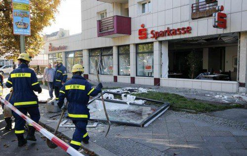 Diebe sprengten eine Bank und räumten die Schließfächer aus. Rts