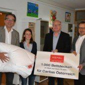Hefel spendet Caritas 1000 Bettdecken