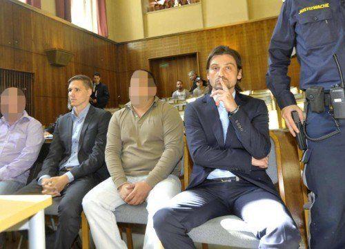 Dominik Taboga (Zweiter von links) und Sanel Kuljic bei der Urteilsverkündung im Grazer Straflandesgericht. Foto: apa