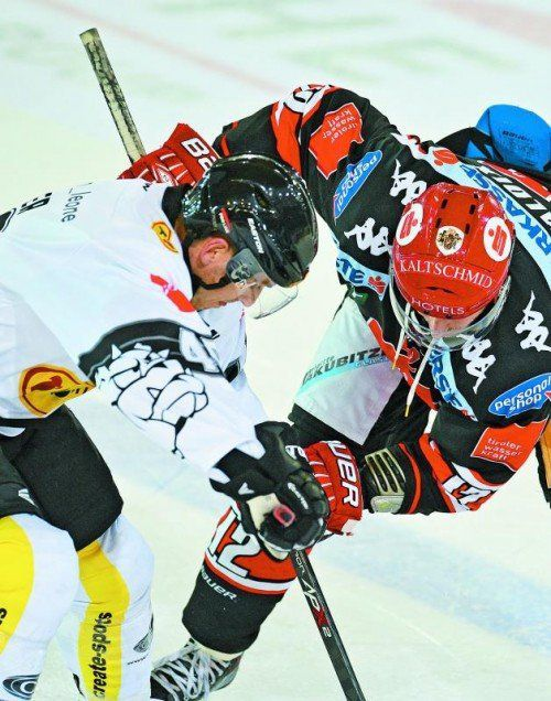 Dornbirn strich Adam Miller (l.) aus dem Kader, Innsbrucks Andreas Valdix bekommt am Donnerstag einen anderen Bully-Gegner. Foto: gepa