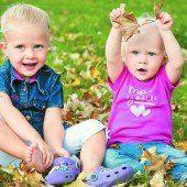 Das warme Herbstwetter lädt zum Spielen im Freien ein