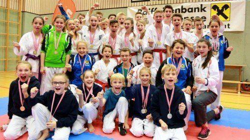 Ein Großteil der erfolgreichen heimischen Karatekas bei den österreichischen Nachwuchsmeisterschaften in Höchst. Foto: Privat