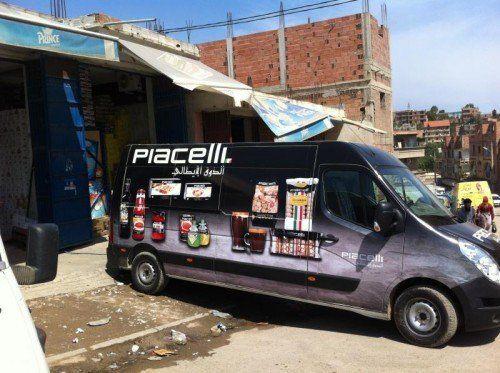 Ein Lkw in Algerien. Piacelli ist die Marke für italienische Produkte.