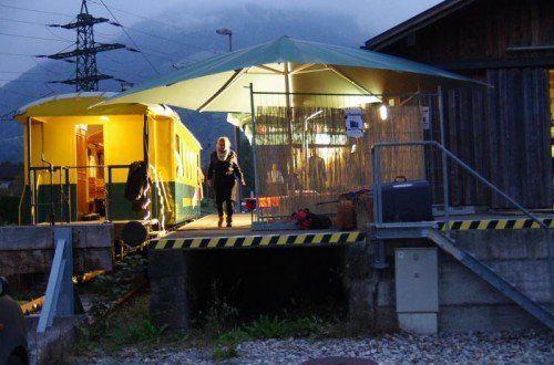 Ein Waggon der Montafonerbahn, abgestellt auf dem Ladegleis im Bahnhof Tschagguns, dient dieses Mal als Kulisse. Foto: Beck