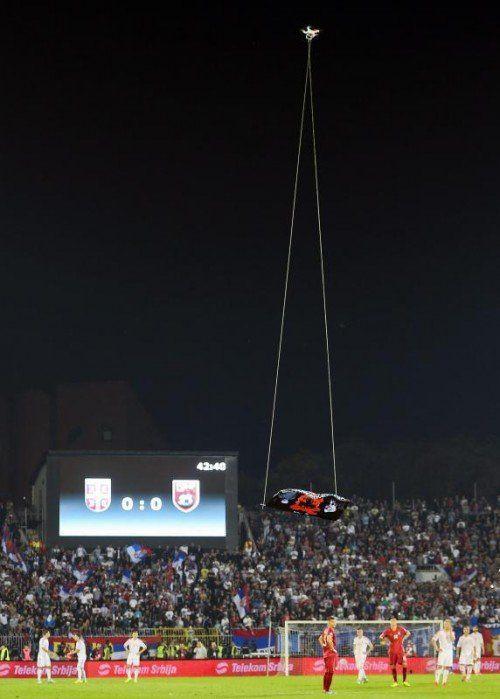 Für großen Unmut unter Spielern und Fans im Belgrader Stadion sorgte eine Drohne mit der großalbanischen Flagge. Foto:epa