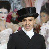 Galliano ist wieder als Modedesigner tätig