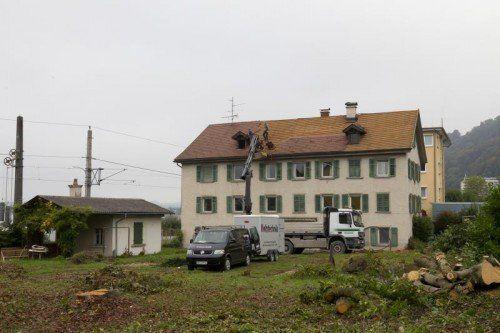 Gestern wurden an der Bregenzer Straße 9 die Abbrucharbeiten in Angriff genommen.  Foto: VN/Paulitsch