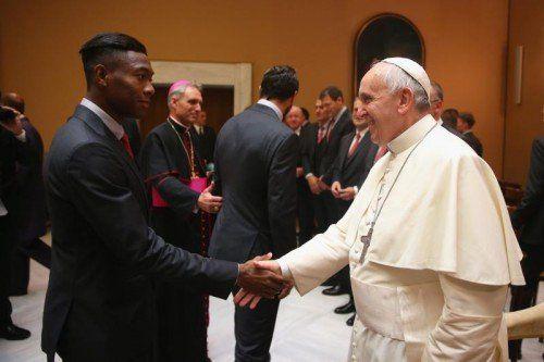 Handschlag zwischen ÖFB-Teamspieler und Bayern-Youngster David Alaba mit Papst Franziskus bei der Privataudienz im Vatikan. Foto: dpa
