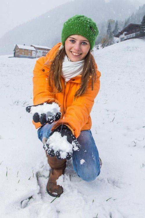 In Brand schließt die Bludenzerin Natalie mit dem ersten Schnee Freundschaft. Der Winter setzt eine erste Duftmarke.  Foto: VN/Steurer