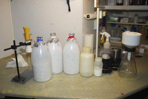 In dem Drogenlabor wurden neben Methamphetamin große Mengen Chemikalien und eine umfangreiche Laboreinrichtung sichergestellt.  APA