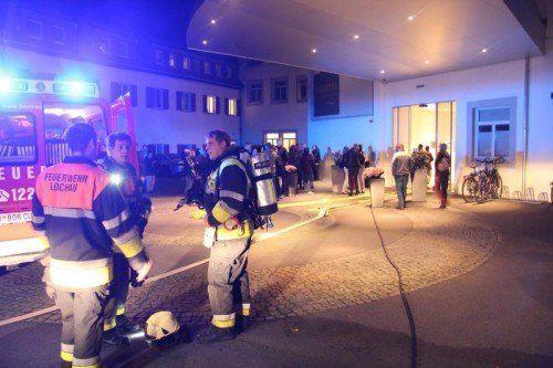 In der Nacht von Freitag auf Samstag gegen ca. 02:00 Uhr kam es beim Hotel am Kaiserstrand in Lochau zu einem Feuerwehreinsatz. Grund dafür war ein Abfalleimer, der im ersten Stock des Hotels in Brand geriet. Die freiwillige Feuerwehr Lochau wurde durch die ausgelösten Brandmelder alarmiert und konnte den Abfalleimer schnell lokalisieren und ins Freie bringen. Durch die Rauchentwicklung musste sicherheitshalber das Hotel evakuiert werden. Nachdem die Feuerwehr mittels Schnelllüfter das Gebäude vom Rauch befreite, konnten die Hotelgäste ihre Nachtruhe wieder fortsetzen. Verletzt wurde bei dem Einsatz glücklicherweise niemand. Die Feuerwehr Lochau war neben dem Roten Kreuz mit drei Fahrzeugen und ca. 15 Mann im Einsatz.