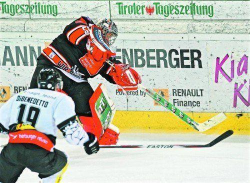 Innsbruck-Torhüter Adam Munro ist schneller als Justin DiBenedetto. Dornbirn verjuxte gegen die Tiroler zahlreiche gute Chancen. Foto: gepa