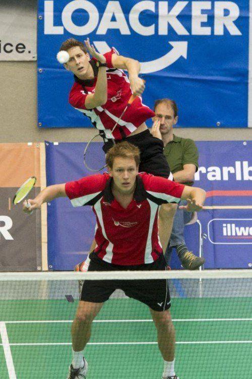 Jan Sedlmayr und Matthias Bertsch (vorne) liegen mit Meister Wolfurt in der Best-of-three-Halbfinalserie mit 1:0 in Führung.  Foto: steurer