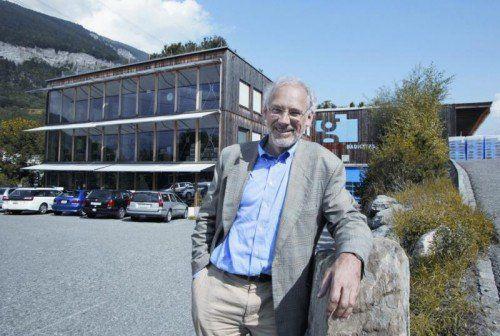 Josias F. Gasser betreibt das nächstgelegene Windkraftwerk in Haldenstein (CH). Foto: Arno Balzarini