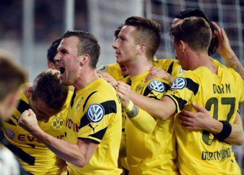 Jubelnde Dortmunder, ein fast schon selten gewordenes Bild, v. l.: Kevin Grosskreutz, Marco Reus und Erik Durm. Foto: gepa