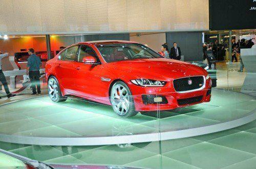 Kampfansage Die britische Nobelmarke Jaguar steigt mit dem neuen Mittelklassemodell XE gegen BMW (3er), Audi (A4) und Mercedes (E-Klasse) in den Ring. Ein aufregendes Außendesign, ein exklusiver Innenraum und effiziente Motoren mit bis zu 340 PS Leistung sollen dem Wettbewerb zusetzen. Marktstart der neuen Jaguar-Mittelklasse ist Mitte 2015. Später wird voraussichtlich auch eine Kombiversion (Sportbrake) folgen.
