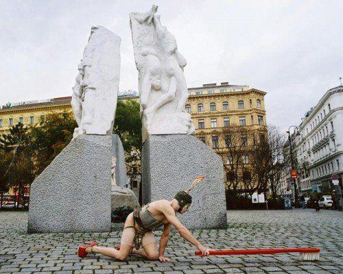 """Kunstdokument der Performance """"Reinigung"""" mit Steven Cohen am Albertina-Platz in Wien. Foto: Marianne Greber"""