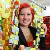 Kreative Mädchen schaffen extravagante Kunstwerke