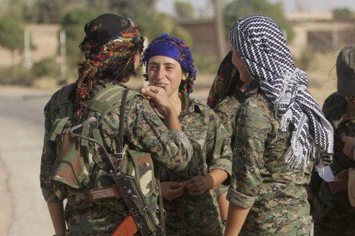 Kurdische Soldatinnen verteidigen Kobane gegen den IS.  REUTERS