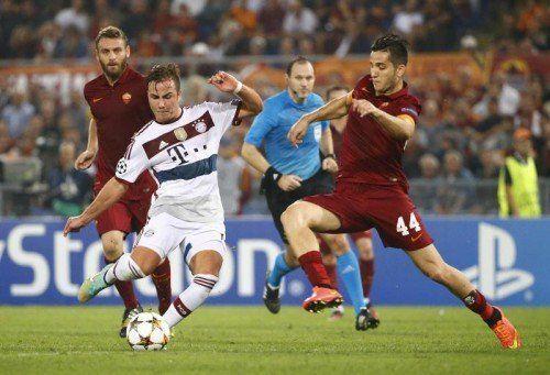 Mario Götze (links) kann von Romas Kostas Manolas nicht am erfolgreichen Torschuss gehindert werden. Foto: Reuters