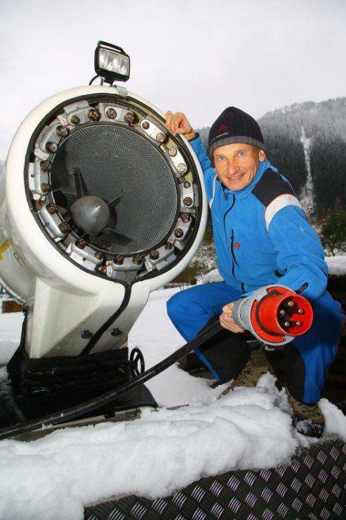 Markus Büchel wäre bereit. Doch leider steht die Kunstschneekanone derzeit noch in der Talstation.  Foto: VN/Hofmeister