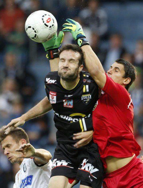 Martin Kobras (rechts) und Cesar Ortiz sollen gegen die Admira Tore verhindern. Der Spanier hat sich bei den Altachern gut eingelebt. gepa