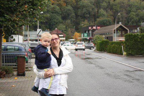 Michaela Dreer (mit Sohn Carlos) sorgt sich, dass in der Amberggasse viel zu schnell gefahren wird.
