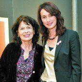 "Monika Helfer mit ""Pink Ribbon""- Botschafterin Sonja Wallner (r.)."
