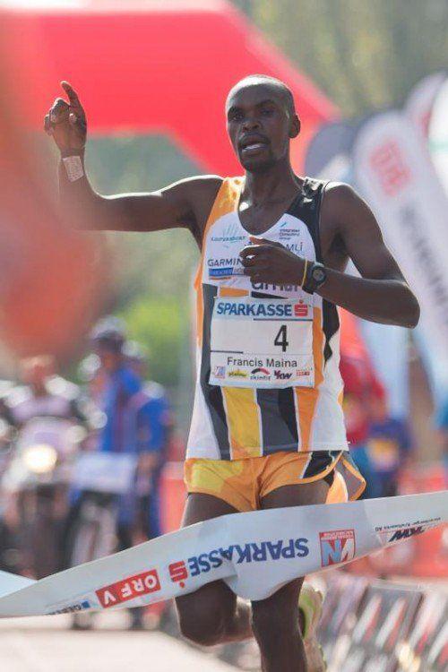 Nach einem kleinen Umweg auf der Zielgeraden erwischte Francis Ngare doch noch die Siegerkurve.