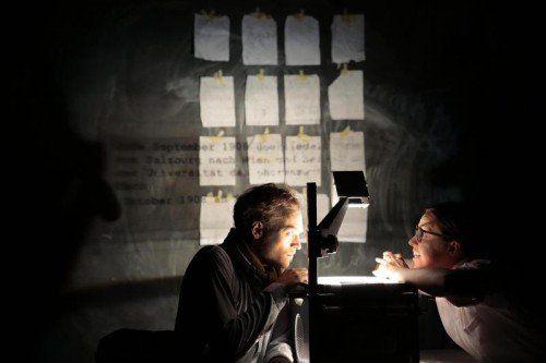 """""""Oh Nacht, ich bin bereit!"""" ist eine Szenenfolge von Emanuel Fellmer, der neben Steffi Staltmeier selbst spielt.  Foto: LT/Köhler"""