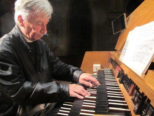 Organist Bruno Oberhammer zeigt Bach und die Folgen auf.  Foto: JU