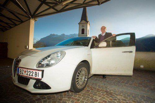 """Pfarrer Karl Bleiberschnig mag schnelle Autos, """"weil ich dann schneller bei den kranken Menschen bin"""".  vn/kh"""